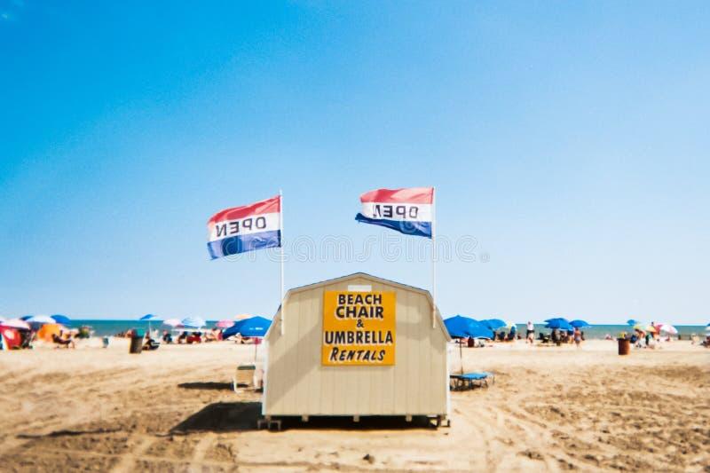 Chiosco locativo della sedia di spiaggia sulla spiaggia di foresta vergine, New Jersey immagine stock libera da diritti