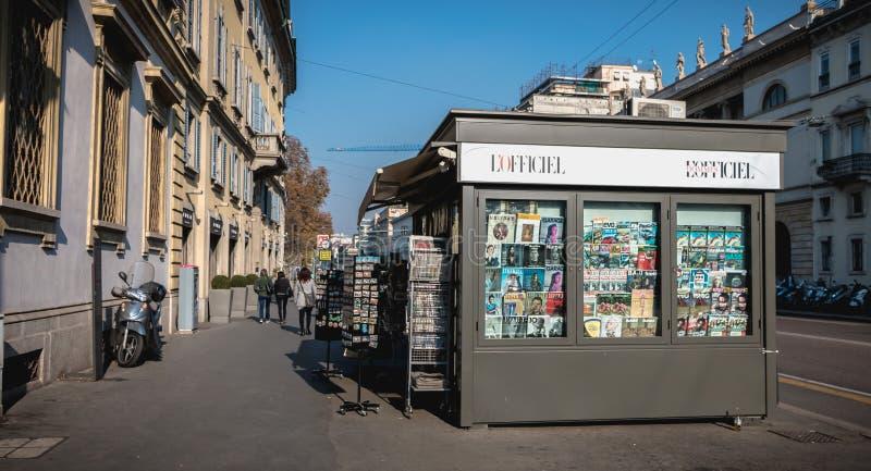 Chiosco nella via vicino al centro storico di Milano fotografie stock