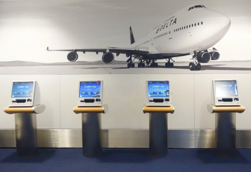 Chiosco self service di Delta Airlines in terminale 4 a John F Kennedy International Airport fotografia stock libera da diritti