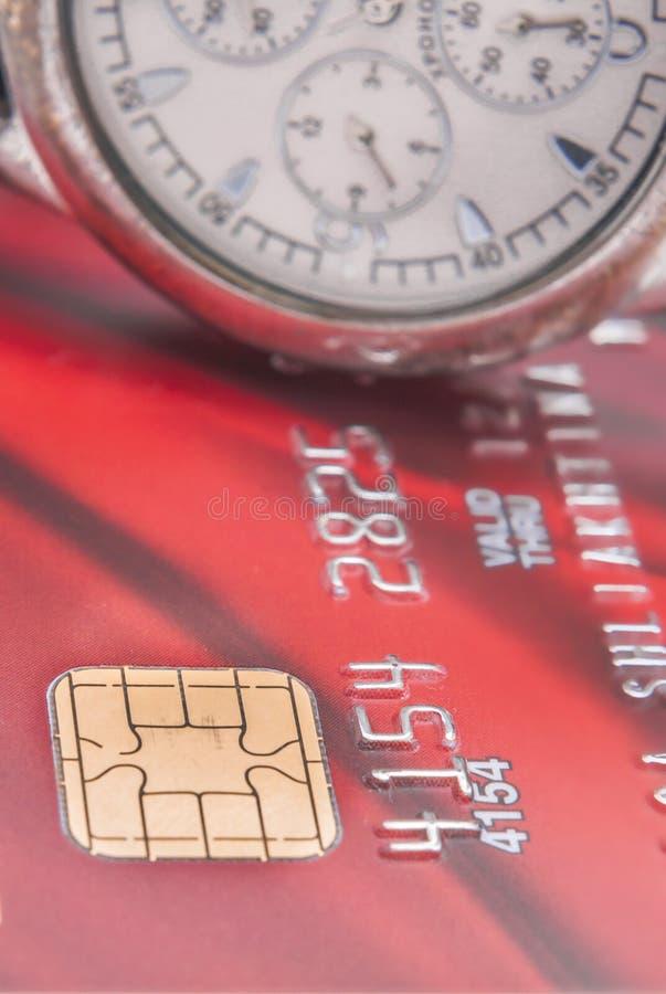 Chip av kreditkortar och en klocka upp slut fotografering för bildbyråer