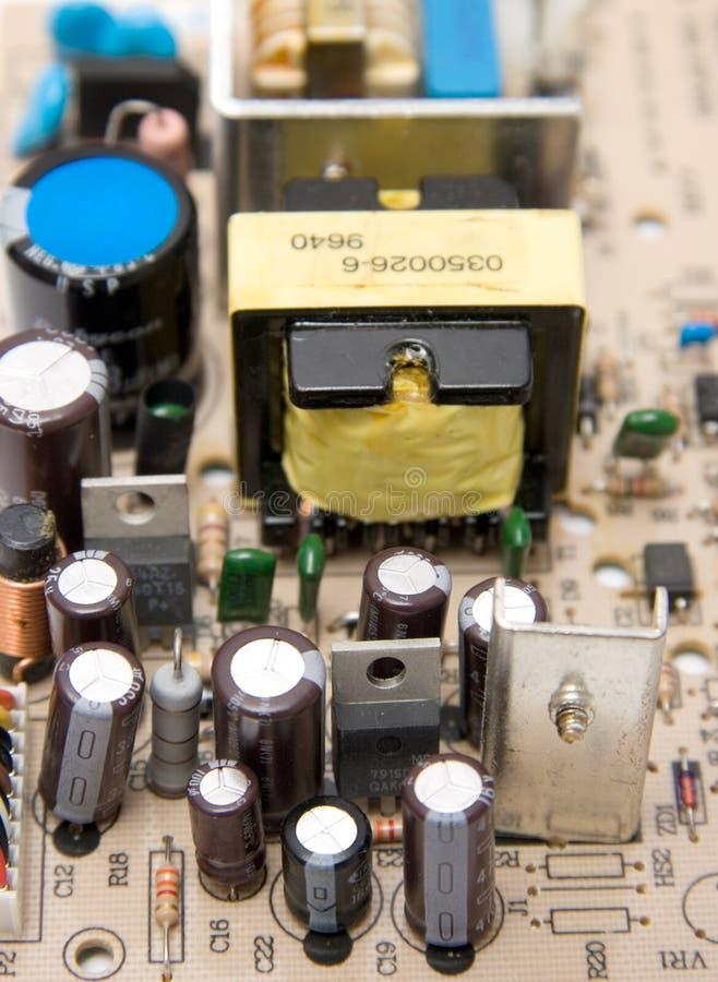 Chip de ordenador con los condensadores foto de archivo