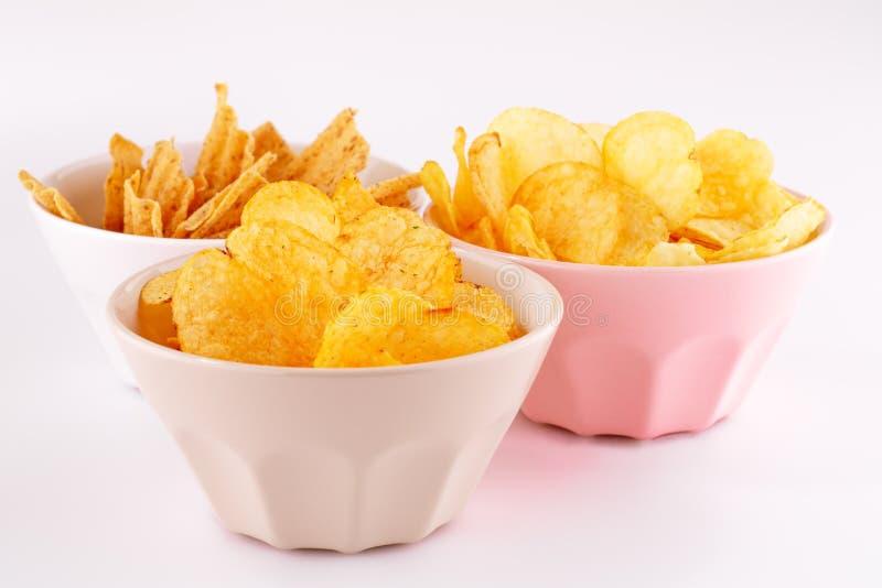 Chip del grano e della patata in ciotole immagini stock libere da diritti