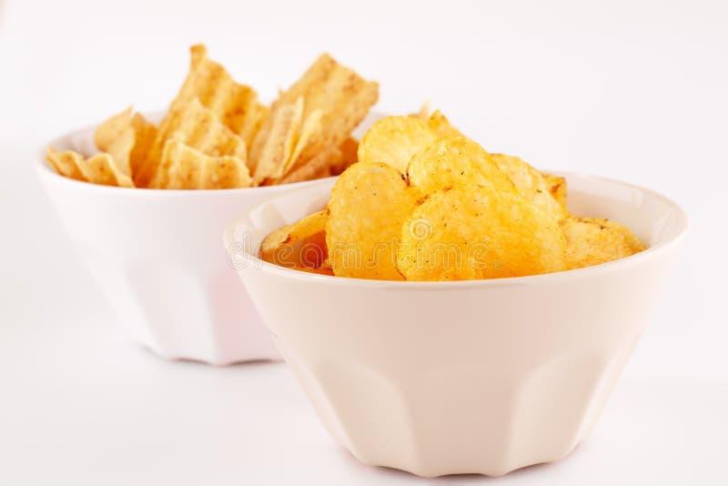 Chip del grano e della patata in ciotole fotografie stock libere da diritti