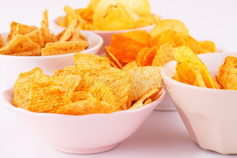 Chip del grano e della patata in ciotole immagine stock libera da diritti