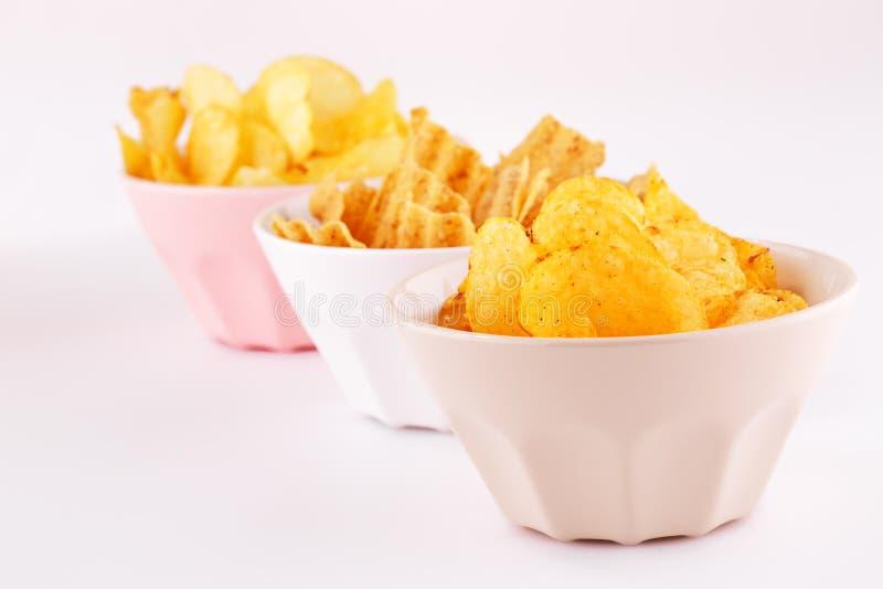 Chip del grano e della patata in ciotole fotografia stock libera da diritti