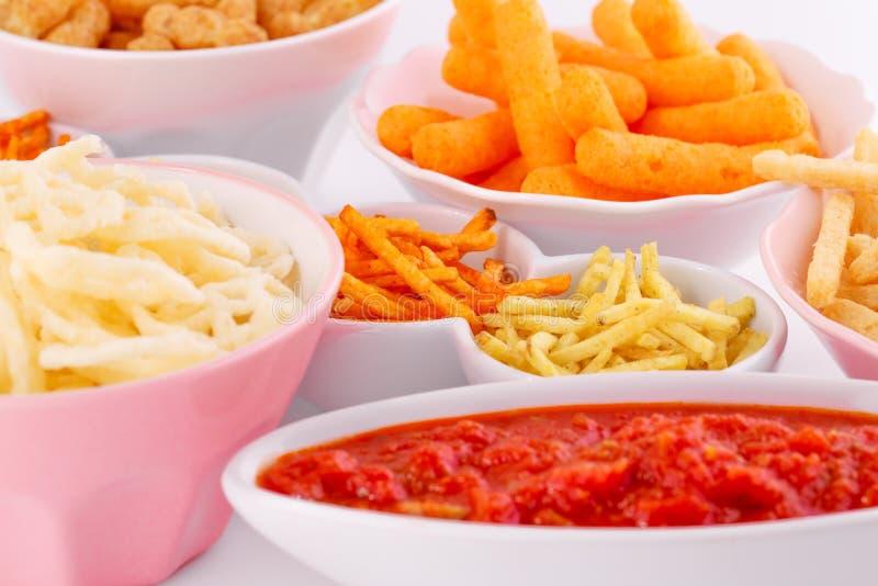Chip della patata, del mais e del grano in ciotole immagine stock