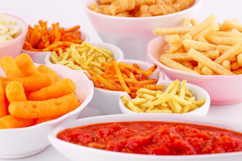 Chip della patata, del mais e del grano in ciotole immagini stock