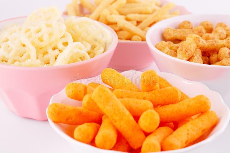 Chip della patata, del mais e del grano in ciotole fotografia stock libera da diritti