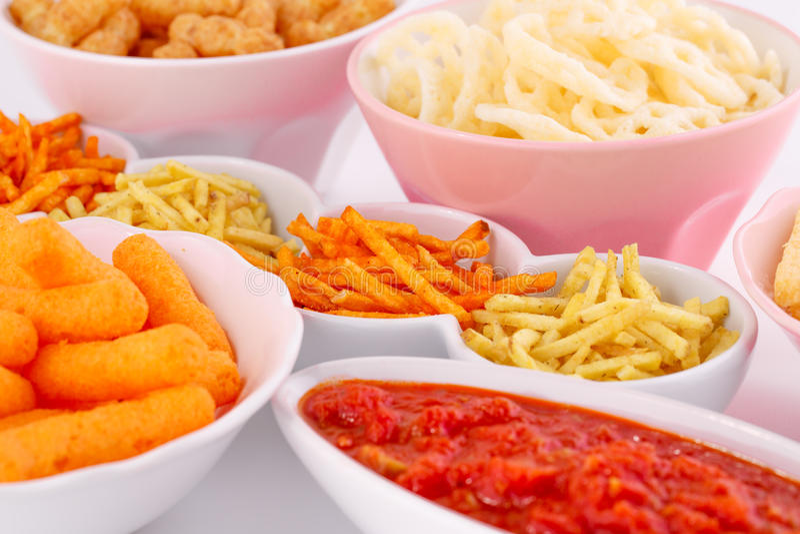 Chip della patata, del mais e del grano in ciotole fotografia stock