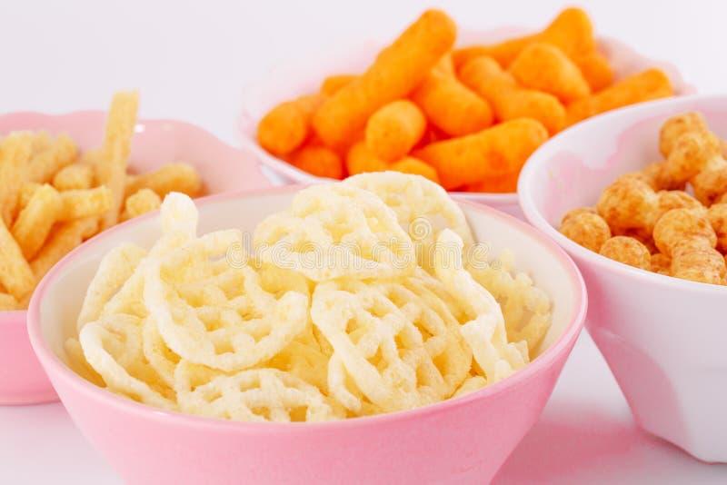 Chip della patata, del mais e del grano in ciotole immagine stock libera da diritti