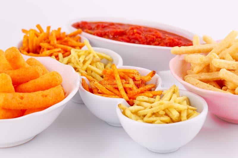 Chip della patata, del mais e del grano in ciotole fotografie stock