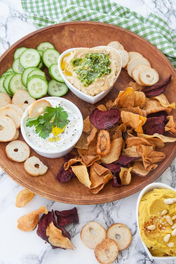 Chip della verdura e di hummus fotografia stock