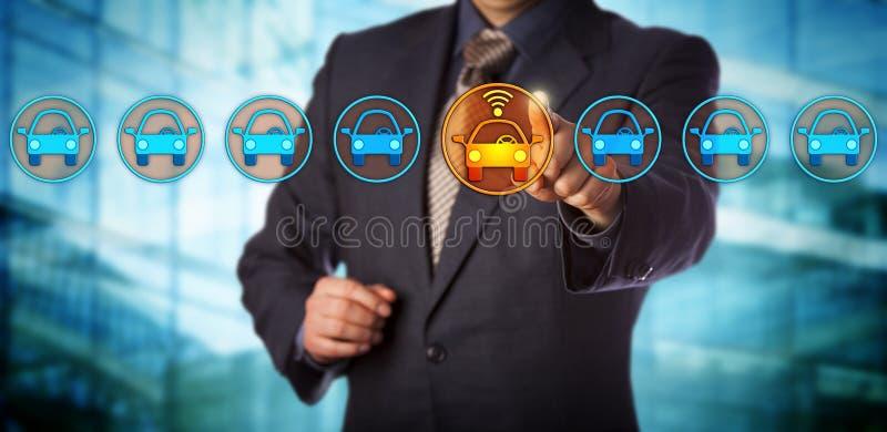 Chip Designer Selecting azul un coche conectado imagen de archivo