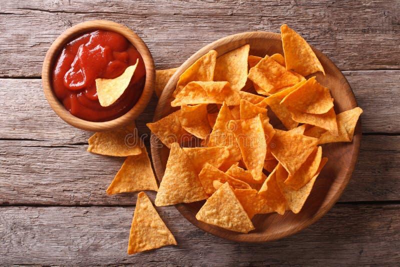 Chip di cereale dei nacho con salsa piccante vista superiore orizzontale fotografia stock libera da diritti