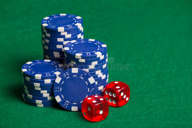 Chip di mazza blu e cubi rossi sulla tavola verde fotografia stock libera da diritti