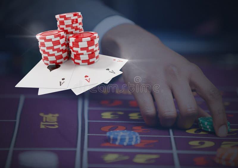 Chip di mazza e carte davanti alla tavola di gioco della persona fotografia stock libera da diritti