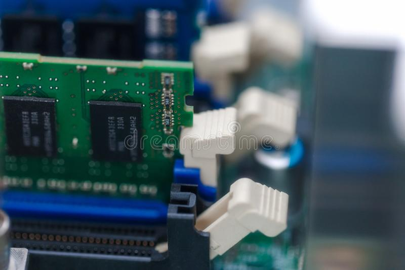 Chip di memoria del Ram alla scheda madre del server Fuoco selettivo tecnologie di web server della nuvola prova e equi del compu immagine stock libera da diritti