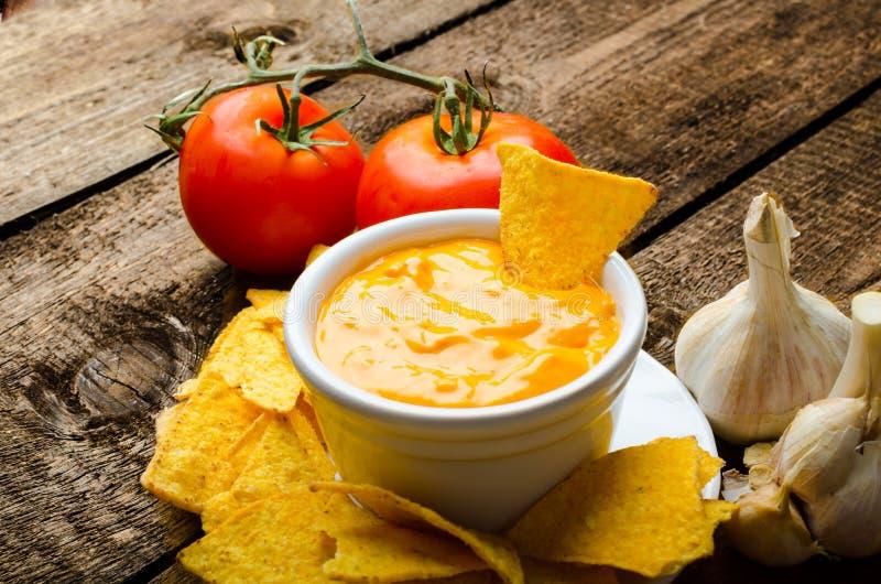 Chip di tortiglia con la immersione dell'formaggio-aglio e del pomodoro fotografia stock libera da diritti