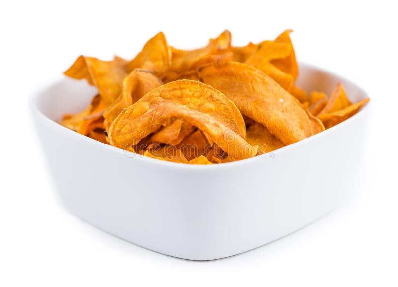 Chip fatti freschi della patata dolce sopra bianco immagini stock libere da diritti
