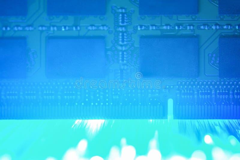 Chip RAM de um laptop com luz azul led Módulo de memória do notebook Macro fotos de stock