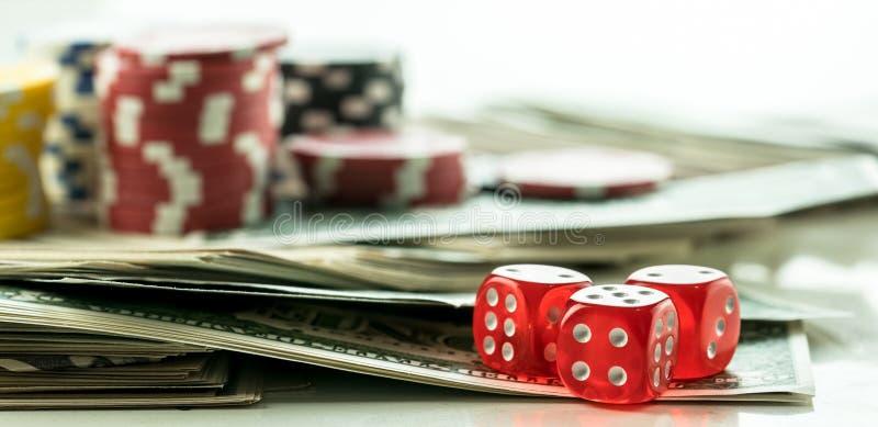 Chip rossi di gioco dei soldi e dei dadi immagini stock libere da diritti