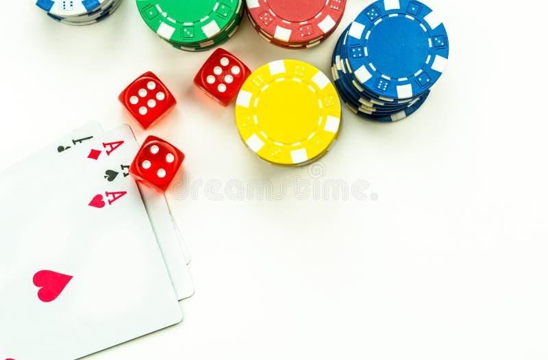 Chip rossi di gioco dei soldi e dei dadi immagini stock