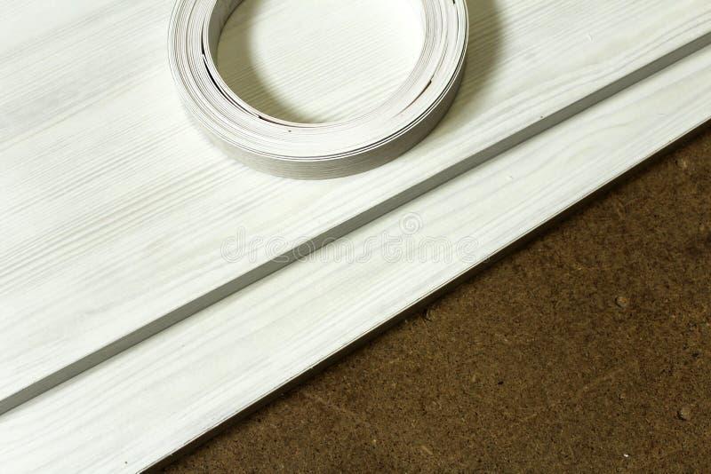 chipboard Plastikrandverpackung von Möbeln stockfotos