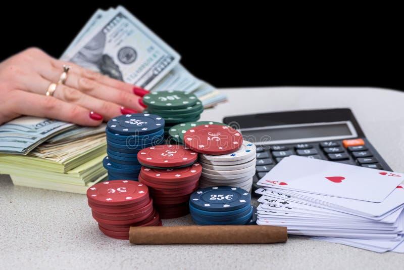 Chiper, kort pengar och cigaretter royaltyfria foton