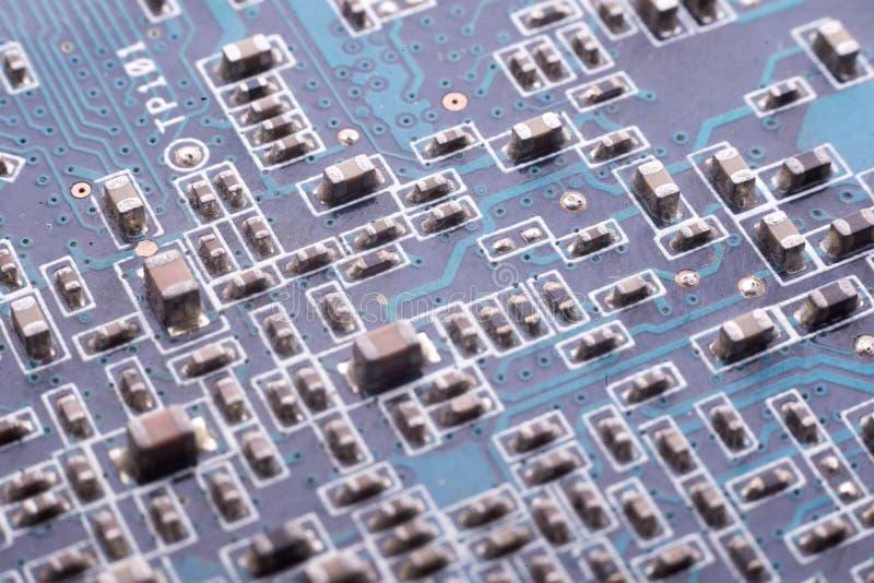 Chiper och kondensatorer på brädet arkivfoton