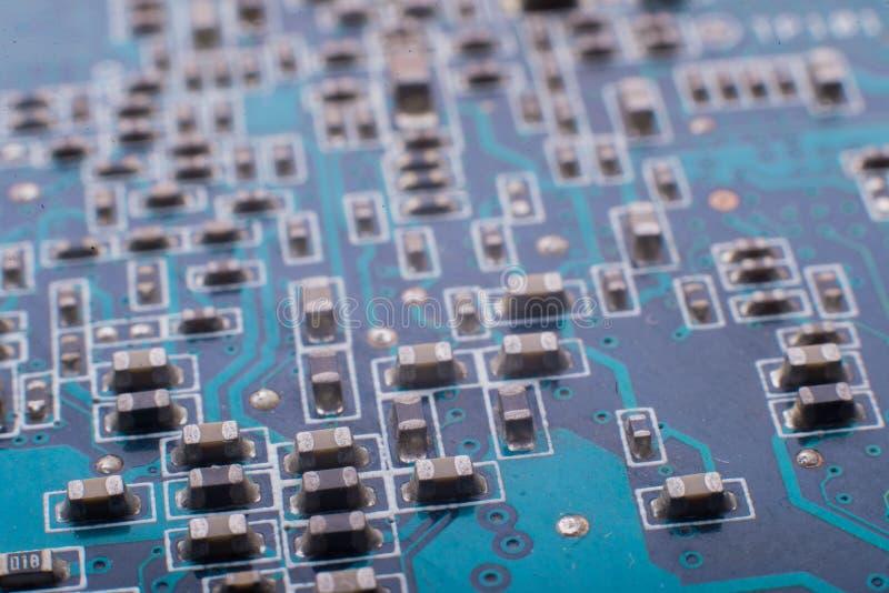 Chiper och kondensatorer på brädet fotografering för bildbyråer
