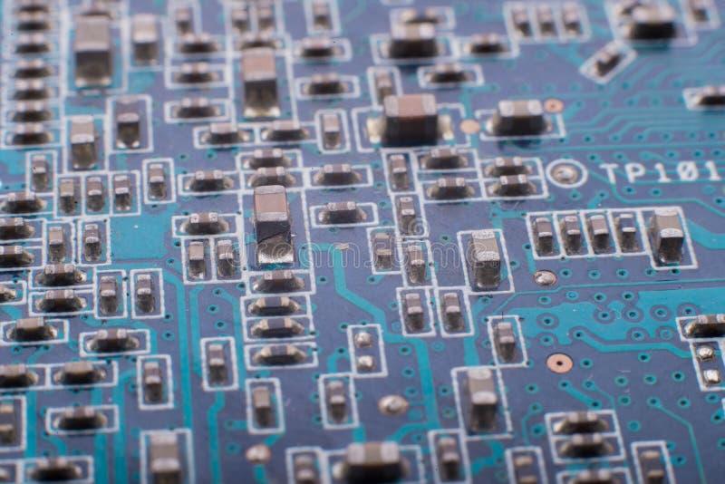 Chiper och kondensatorer på brädet royaltyfria bilder
