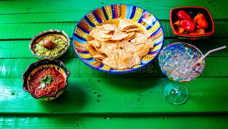 Chiper och salsa med en margaritta arkivbild
