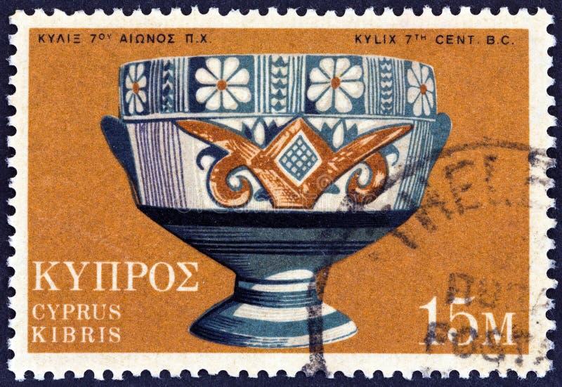 CHIPRE - CIRCA 1973: Um carimbo impresso em Chipre mostra a xícara de Kylix Archaic Bichrome, século VII a.C., por volta de 1973 imagens de stock