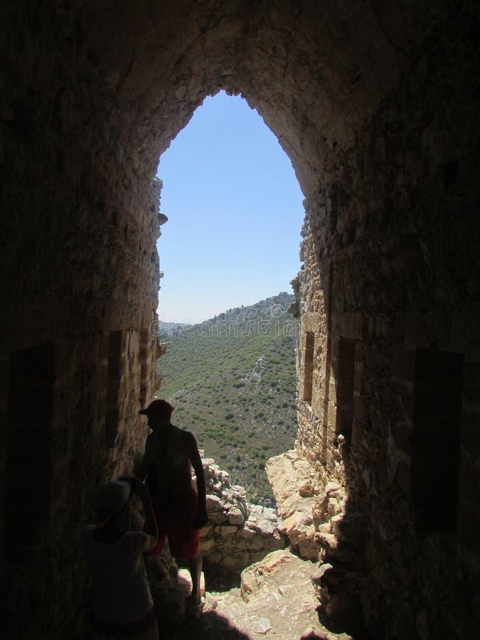 Chipre septentrional, el mediterráneo, la fortaleza medieval de los cruzados, la salida a través del arco fotografía de archivo
