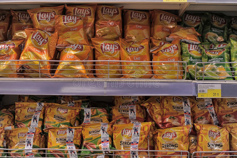 Chips auf Ladenregalen lizenzfreie stockbilder