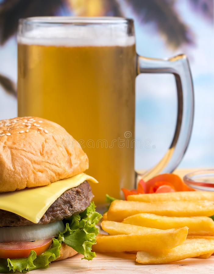 Chips And Beer Means Ready som ska ätas, och matställe royaltyfri fotografi
