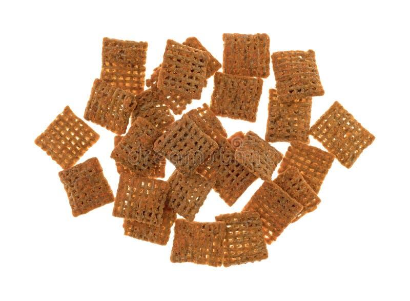 Chips de place de blé de fromage de cheddar sur un fond blanc image libre de droits