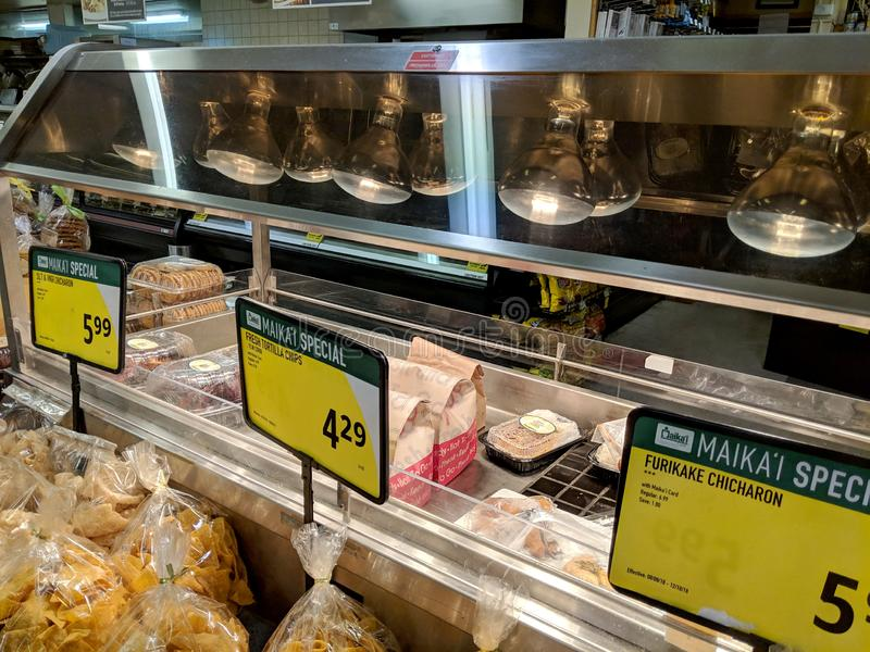 Chips de Tortilla Frescas y comida caliente a la venta en el estante de la tienda en Foodland Store fotos de archivo