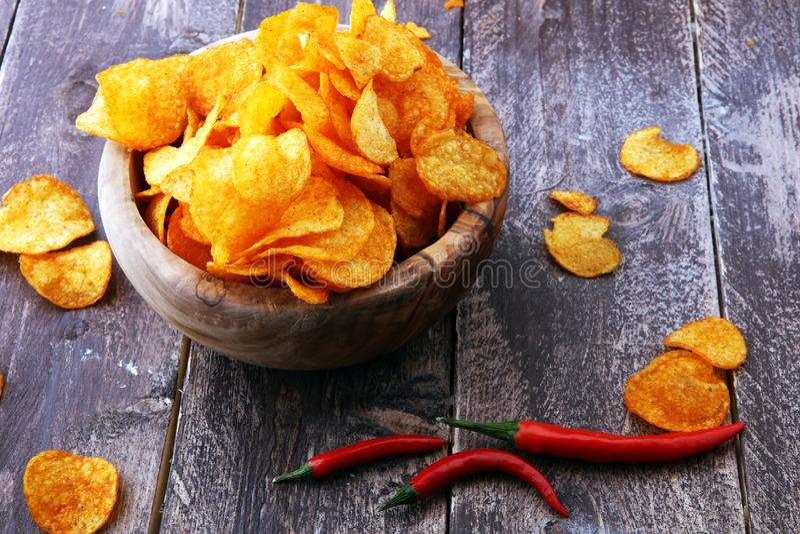 chips den crispy potatisen Paprikachiper på brun träbakgrund royaltyfri fotografi
