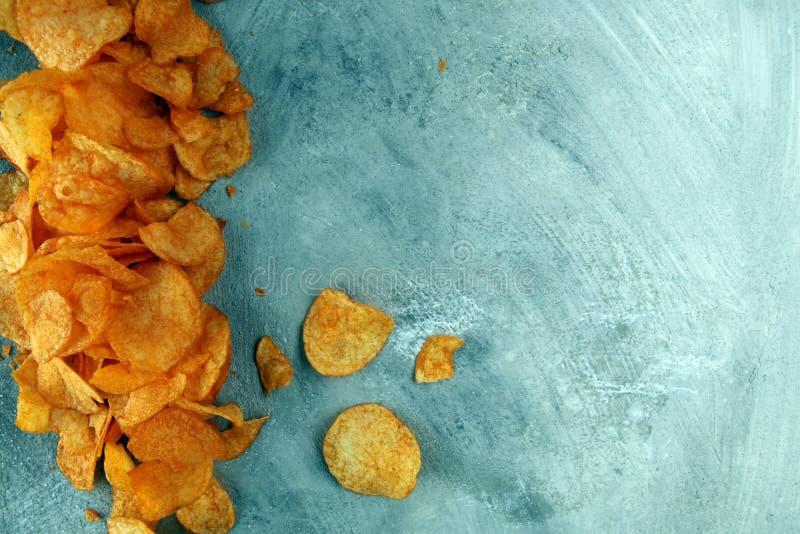 chips den crispy potatisen Paprikachiper på tabellen Kryddiga frasiga chiper arkivfoton