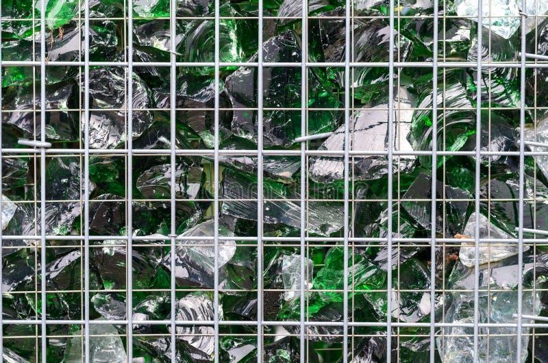 Chips des grünen gebrochenen Glases innerhalb eines Käfigs lizenzfreie stockbilder