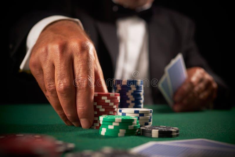 Chips des spielenden Kasinos des Kartenspielers stockfoto