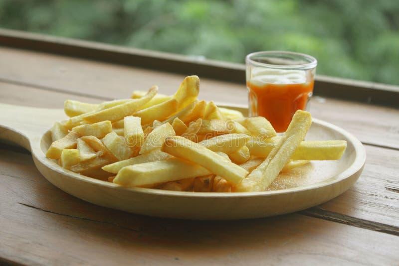 Chips in een houten dienblad stock afbeeldingen