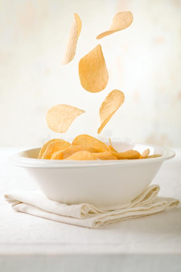 Chips Falling en un cuenco foto de archivo libre de regalías