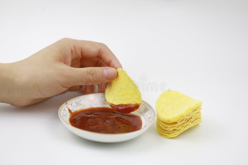 chips ketchuppotatisen ölmellanmål, sjukligt äta royaltyfria bilder