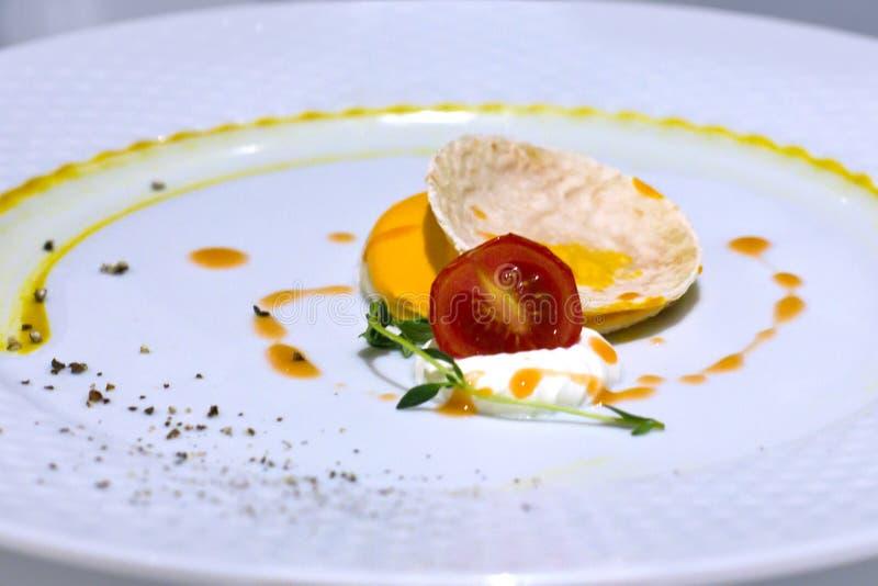 Chips Nachos avec des tomates-cerises et la mayonnaise blanche sauce Le GR photographie stock libre de droits