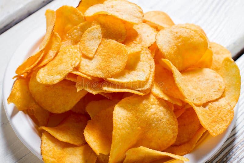 Chips op een plaat stock afbeelding