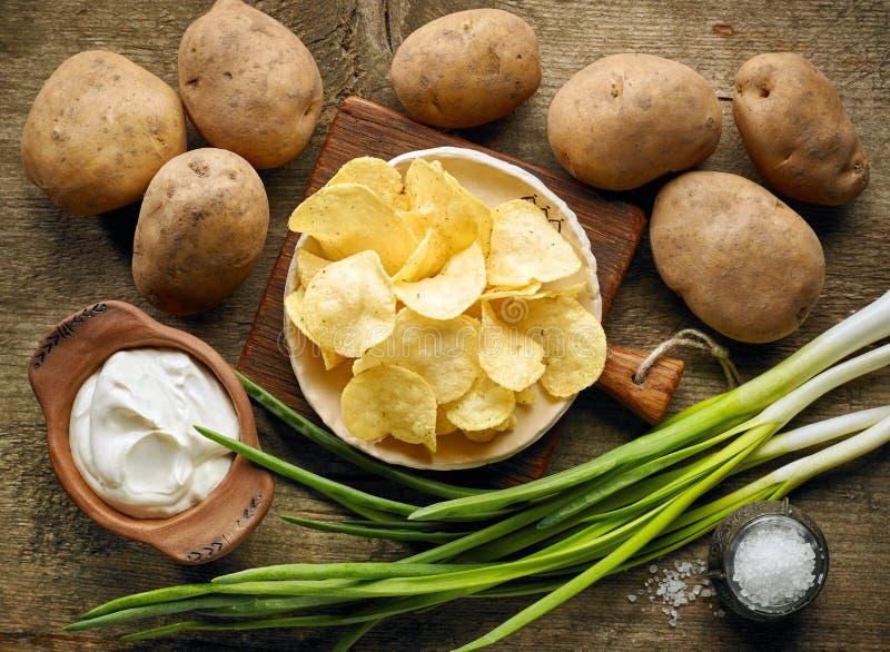 Chips op houten lijst stock afbeelding