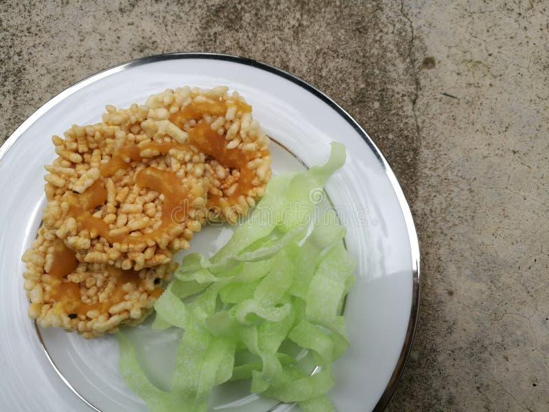 Chips und Chip Reis brieten mit Zucker- und Kokosnussbonbonsnack Thailändischer Snack und lokales traditionelles Lebensmittel Sel stockfotos