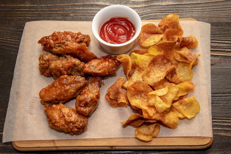 Chips und Stücke der gebratenen Hühnerbrust mit Tomatenkonzentrat lizenzfreie stockfotos